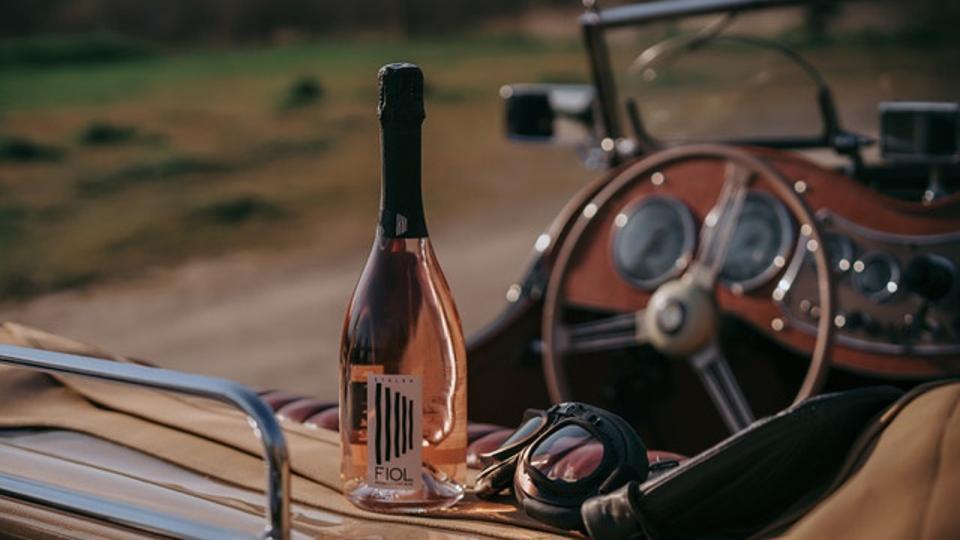 Una bottiglia di Rose Proscio seduta nel retro di un'auto