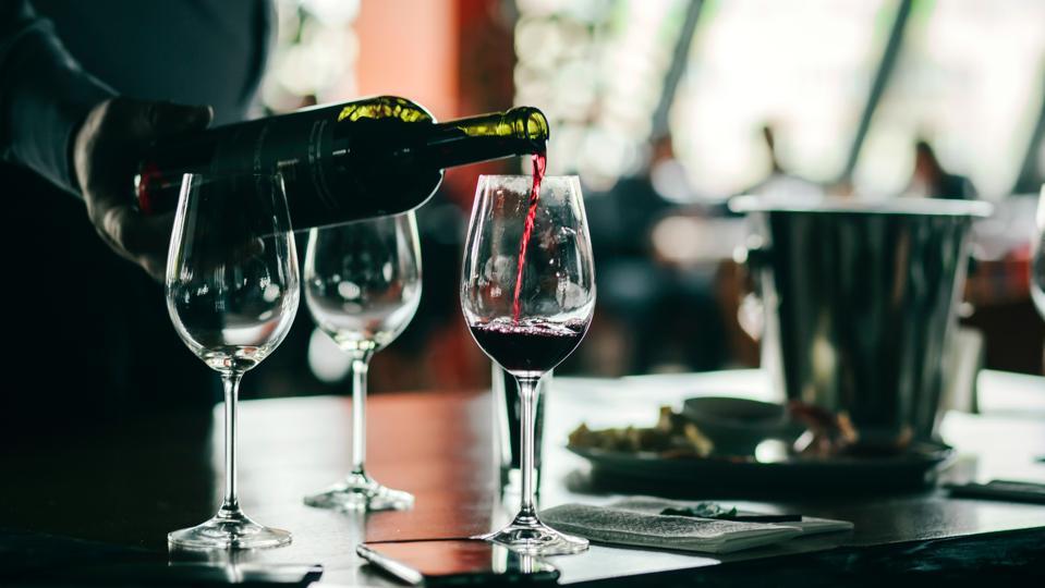 Esperienza di degustazione di vino con bicchieri di vino a un tavolo.  Sfondo bianco e nero