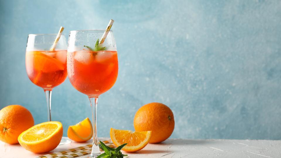 Mescolare con il cocktail di alcolici su uno sfondo blu