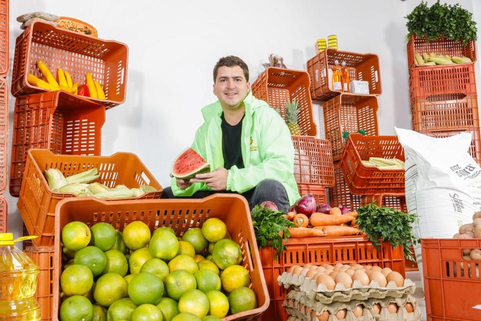 Picture of Fabián Gómez Gutiérrez, the CEO and cofounder of Frubana with produce.