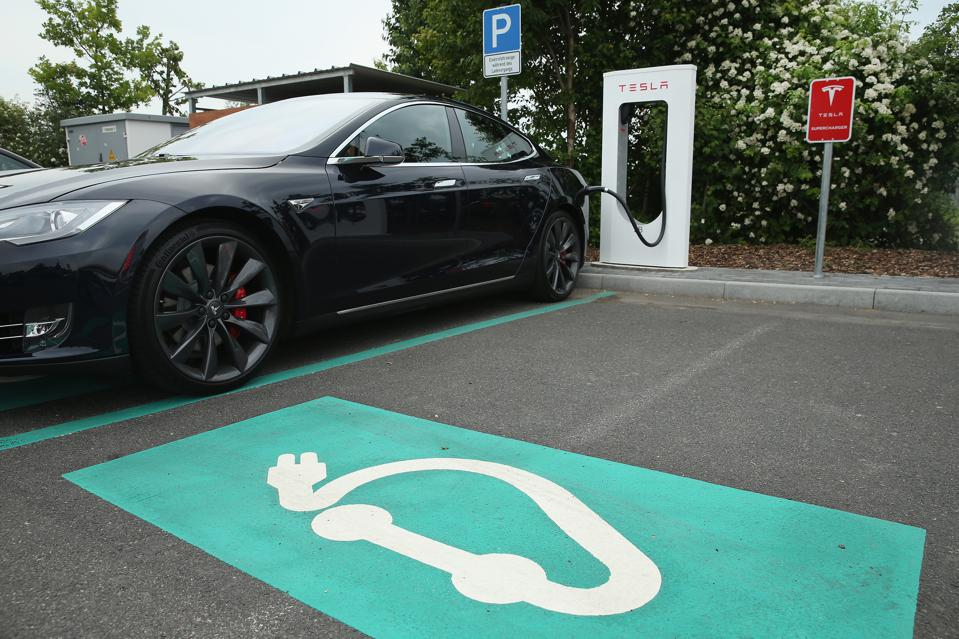 Tesla menawarkan stasiun pengisian daya di jalan raya Jerman