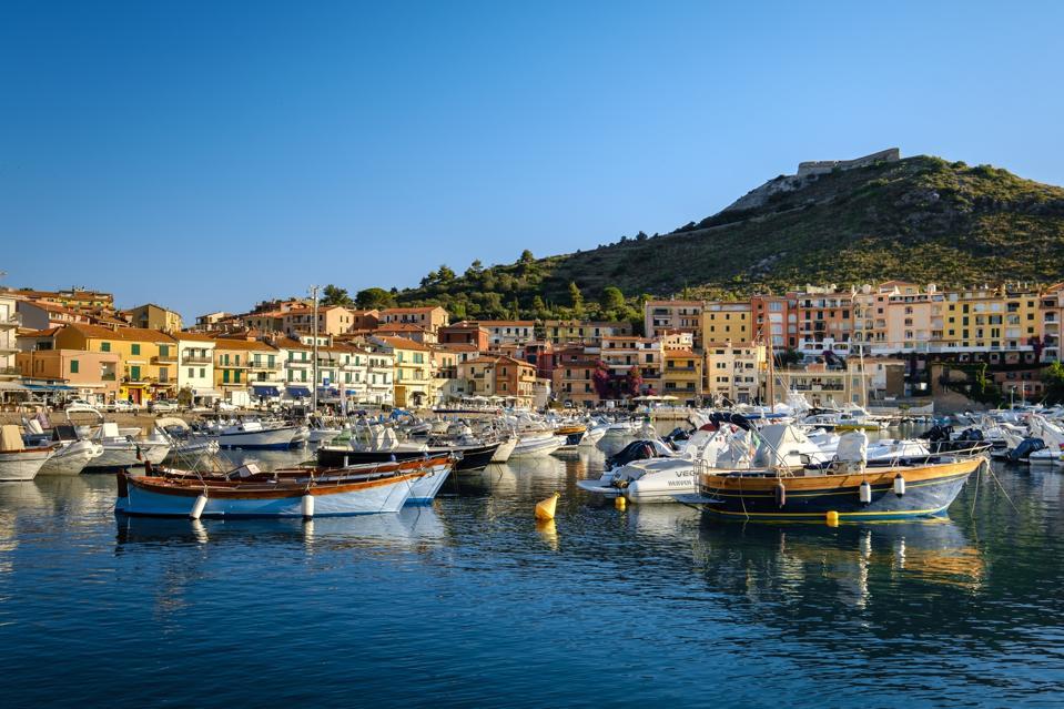 Vista della città di Porto Ergol in Toscana, Italy