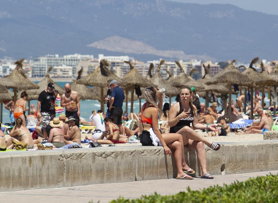 Tourists at the promenade in Palma de Mallorca