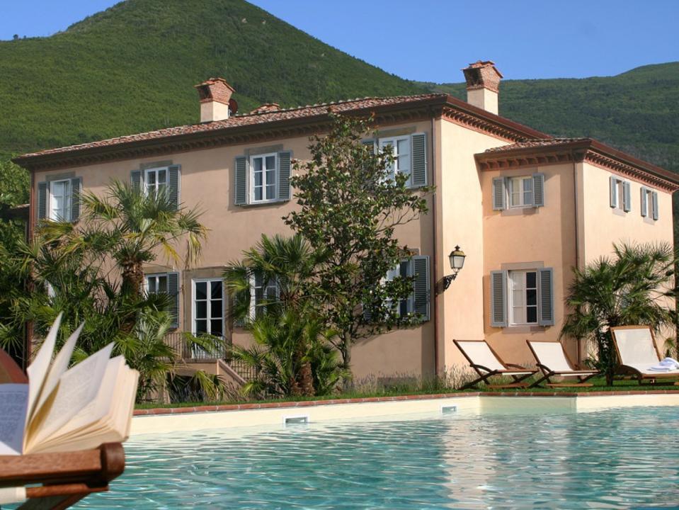 Una villa storica vicino a Luca in Toscana.