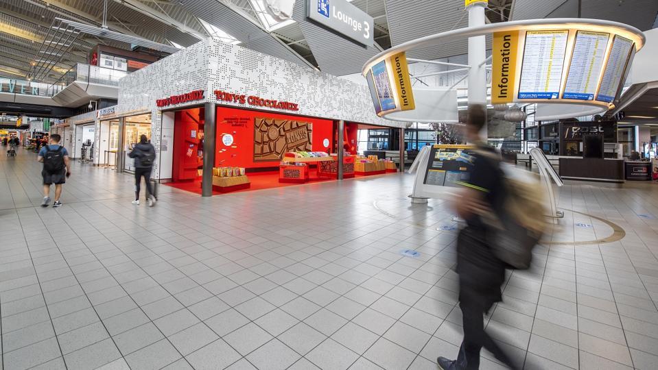 Tony's Sokolonli is opgeslagen in Lounge 3 op Schiphol Airport in Nederland.