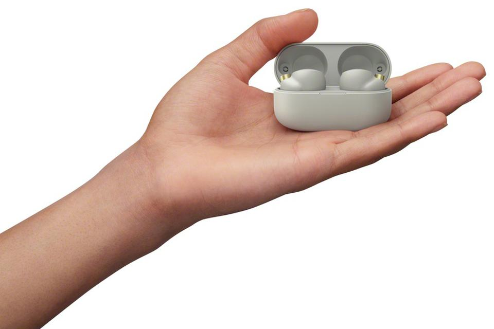 Hand holding Sony WF-1000XM4 earbuds