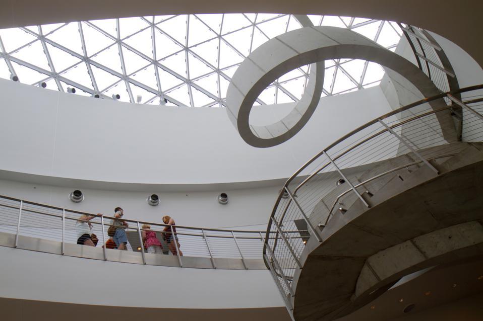 Un escalier en colimaçon à l'intérieur du musée Salvador Dali.