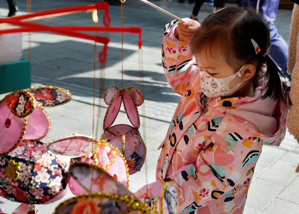CHINA-SHANGHAI-LANTERN FESTIVAL-SHOPPING (CN)