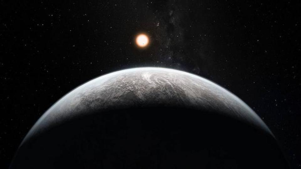 La mente de un artista muestra un exoplaneta orbitando una estrella como el sol.