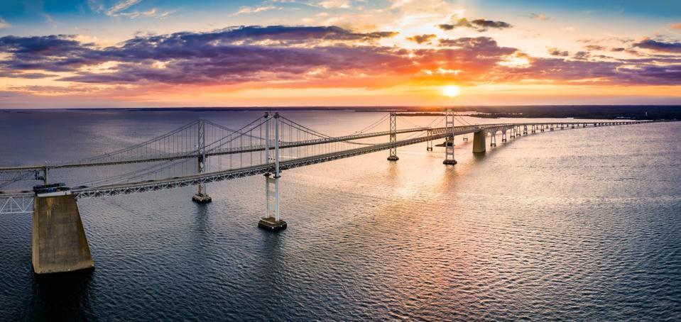 Vue aérienne du pont de la baie de Chesapeake au coucher du soleil.