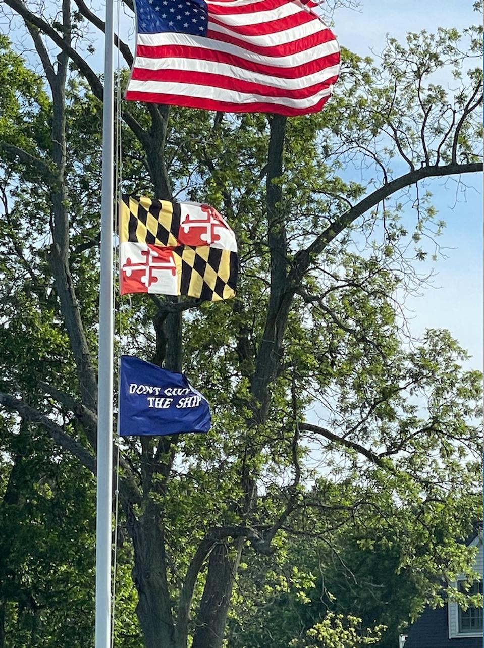 Mât de drapeau à Inn at Perry Cabin avec drapeau américain, drapeau du Maryland et