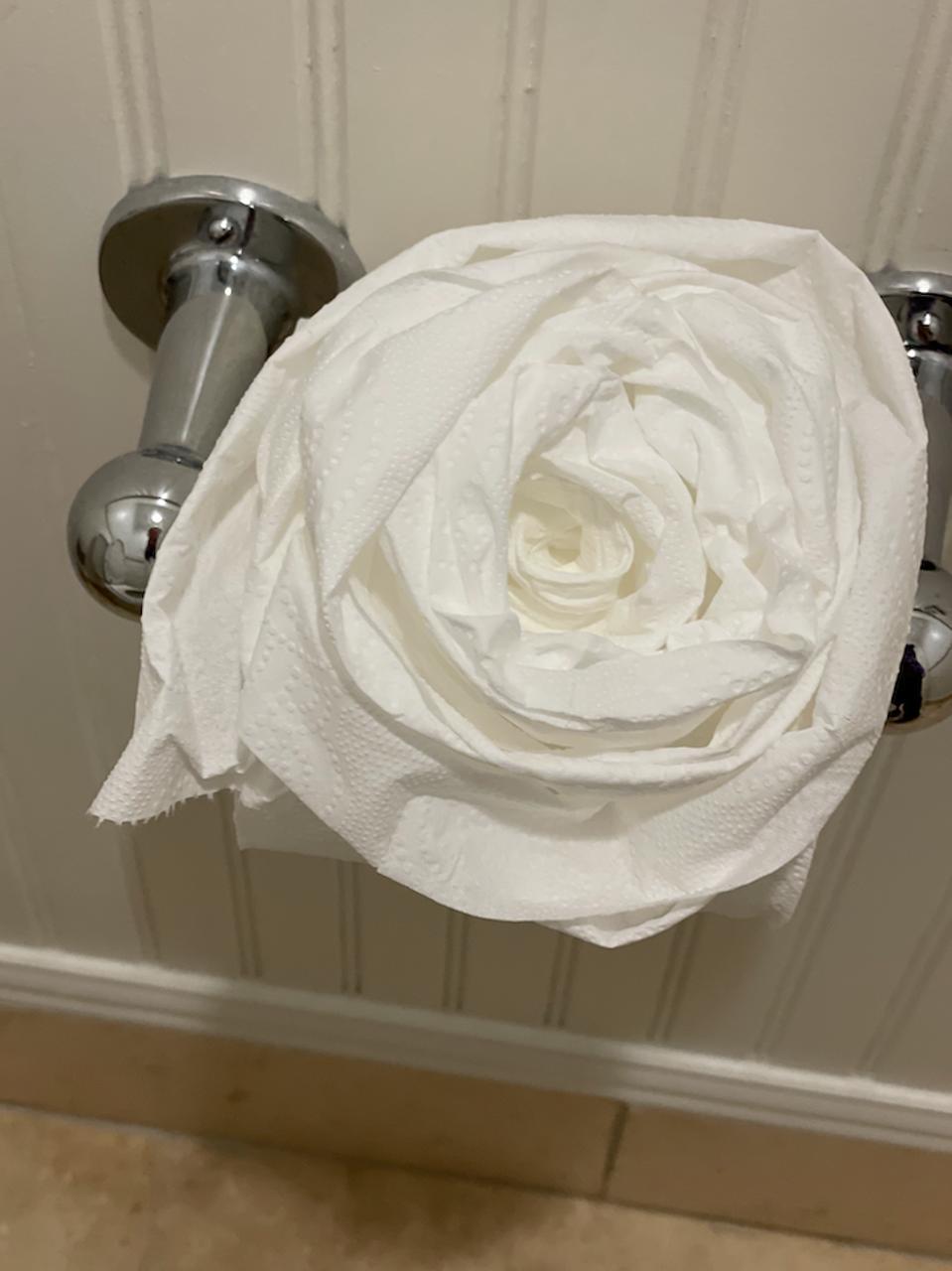Papier toilette sculpté dans une rose blanche