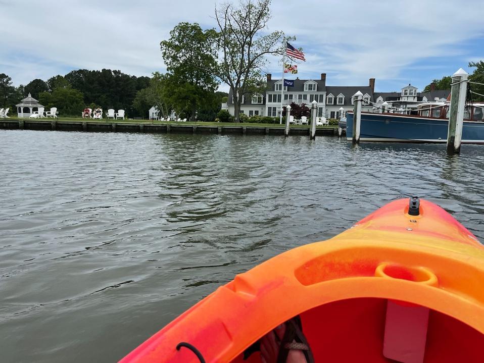 L'Inn at Perry Cabin vu d'un kayak dans la rivière Miles