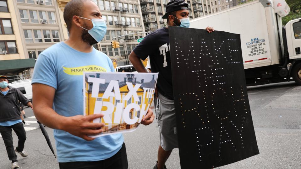 Aktivisti pochodujú na Manhattane a požadujú daň z majetných Američanov
