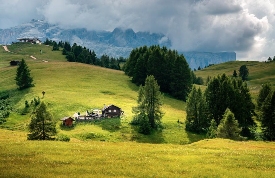 Vista sulle montagne.  Il pranzo sbloccato a St. Hubertus si svolge a 2000 piedi sopra l'altopiano di Biz Sorega.