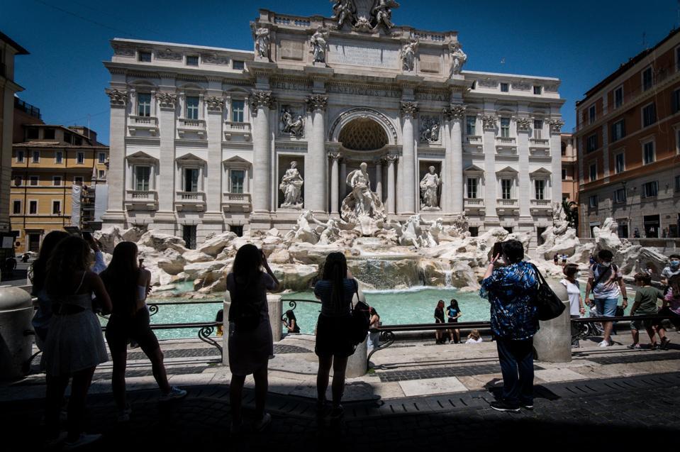 I turisti tornano a Roma mentre le restrizioni del governo 19 sono allentate