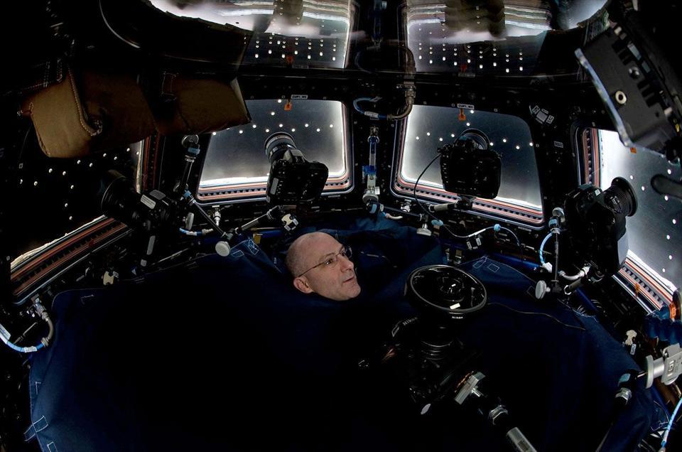 Vista della finestra della cupola panoramica della Stazione Spaziale Internazionale con telecamere.