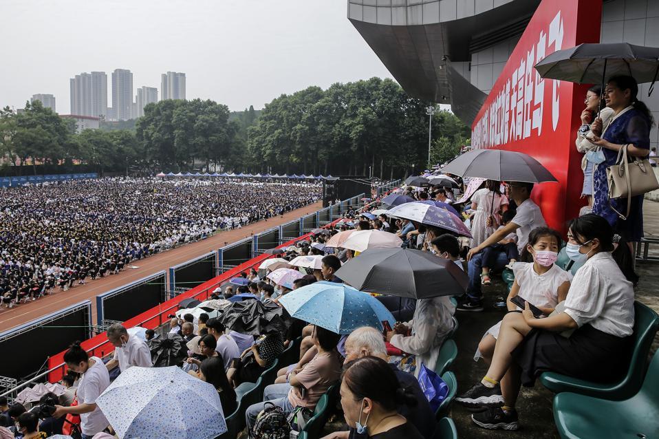Studenti slave svoju maturu u Wuhanu