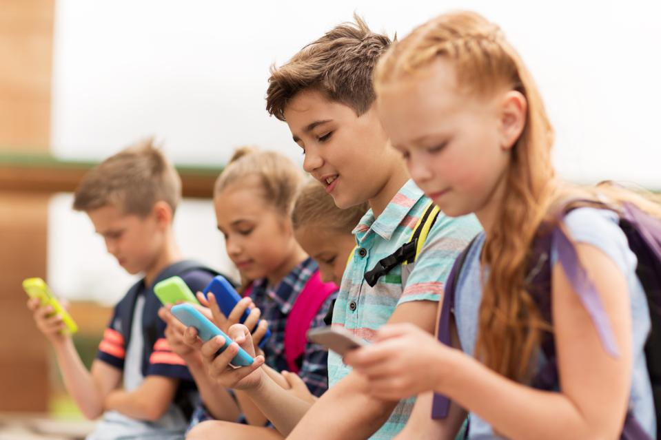 elementary school students with smartphones