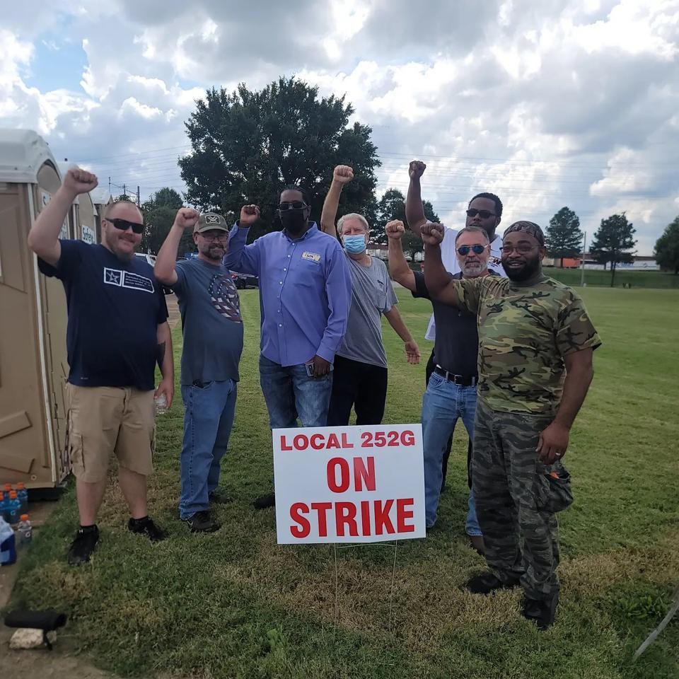Local 252G members on strike.