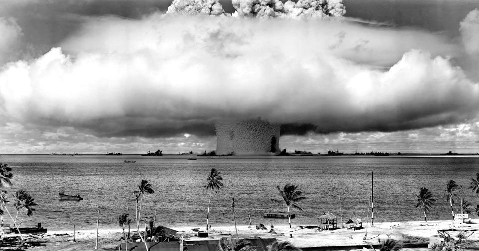 米国が原子爆弾を爆発させる