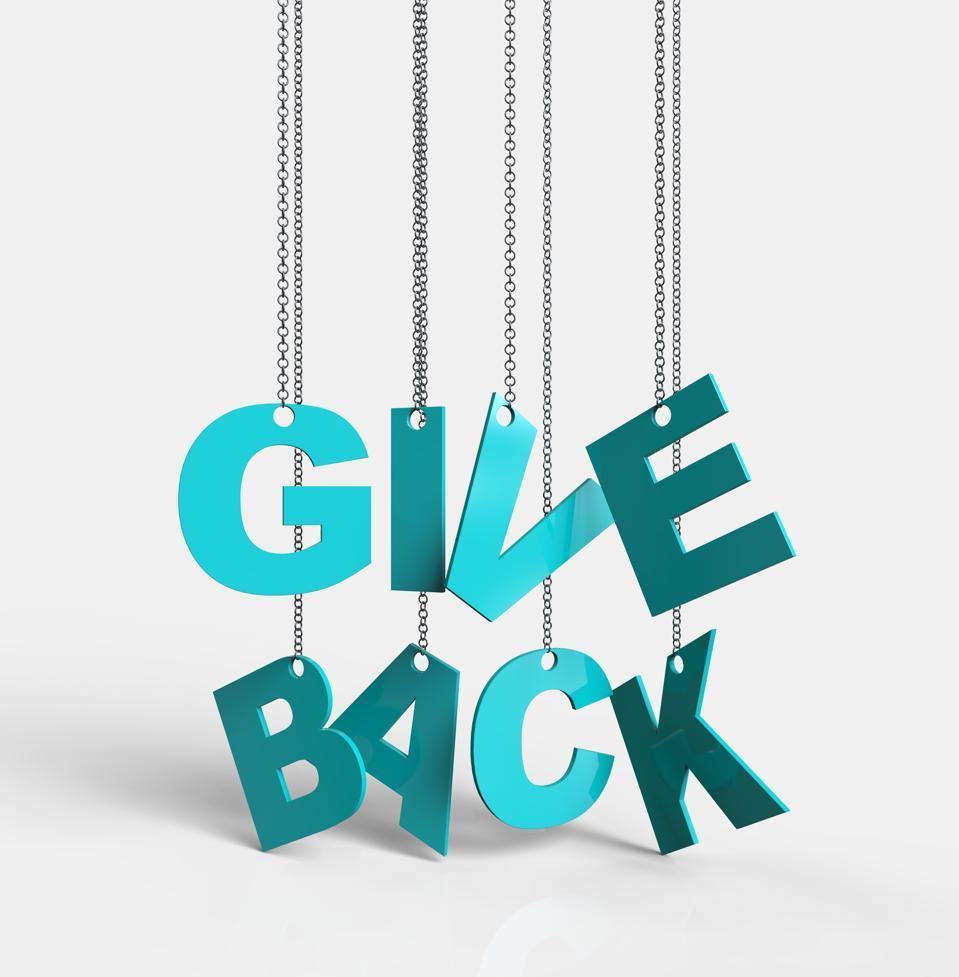 Give Back hængende på kæden