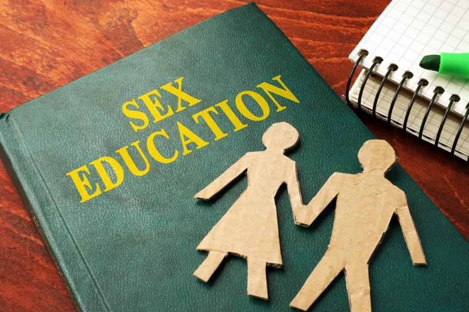 Cuốn sách với tiêu đề Giáo dục giới tính trên bàn.