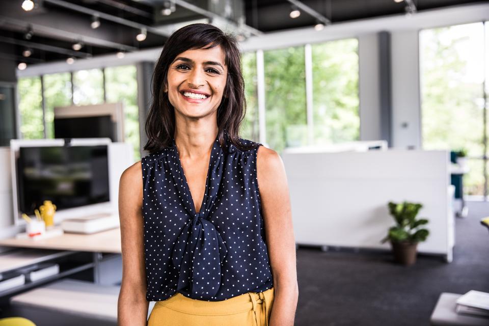 Portrait de femme au bureau d'affaires moderne