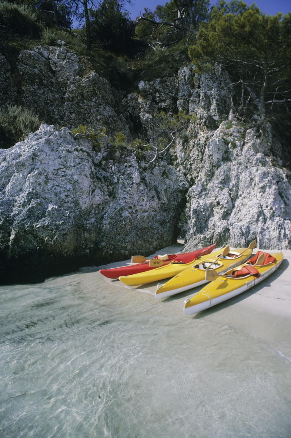 Italy, Cala delle Arene, San Domino, Tremiti Island, Kayaks on shore