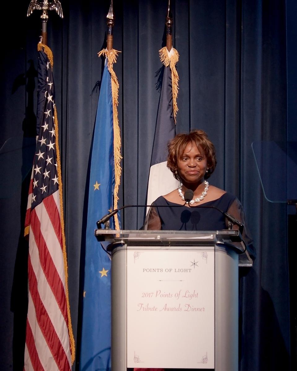 Natalye Paquin, PDG de Points of Light, s'adresse aux participants de son gala 2017 à l'ambassade de France à Washington, DC. (Shannon Finney / Getty Images)