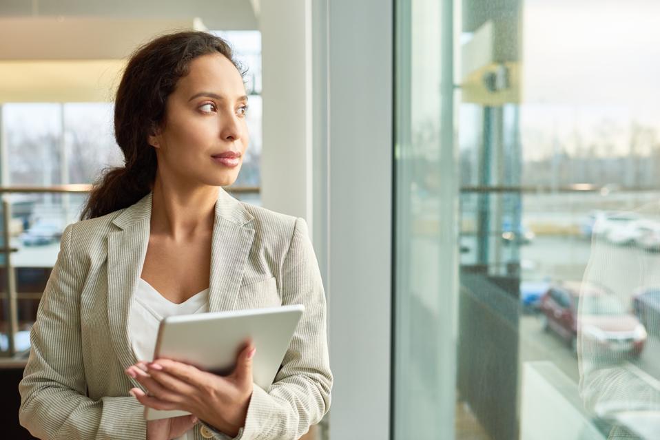 Race mélangée, femme affaires, regarder dehors, fenêtre