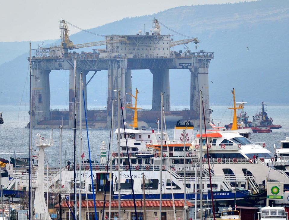 Oil platform ″Deborah″ passes through Dardanelles