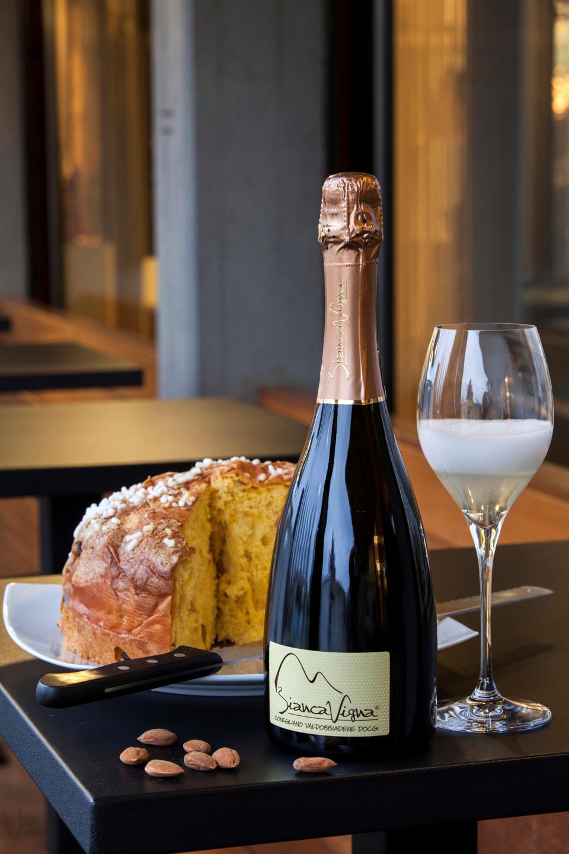 Panettone classico with Bianca Vigna Conegliano Valdobbiadene Prosecco superiore extra dry millesimato 2013. La Caramella pastry shop. Bologna. Emilia-Romagna. Italy. Europe