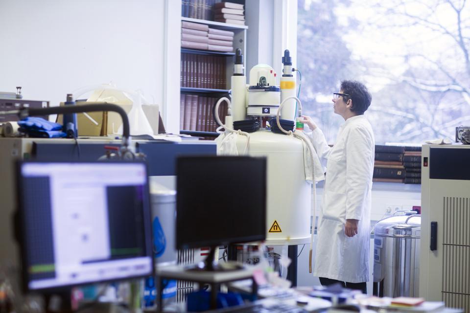 Chimico che utilizza lo spettrometro NMR