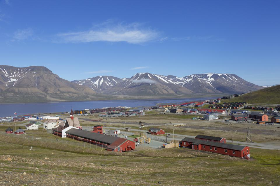 A view over Longyearbyen in the summer.