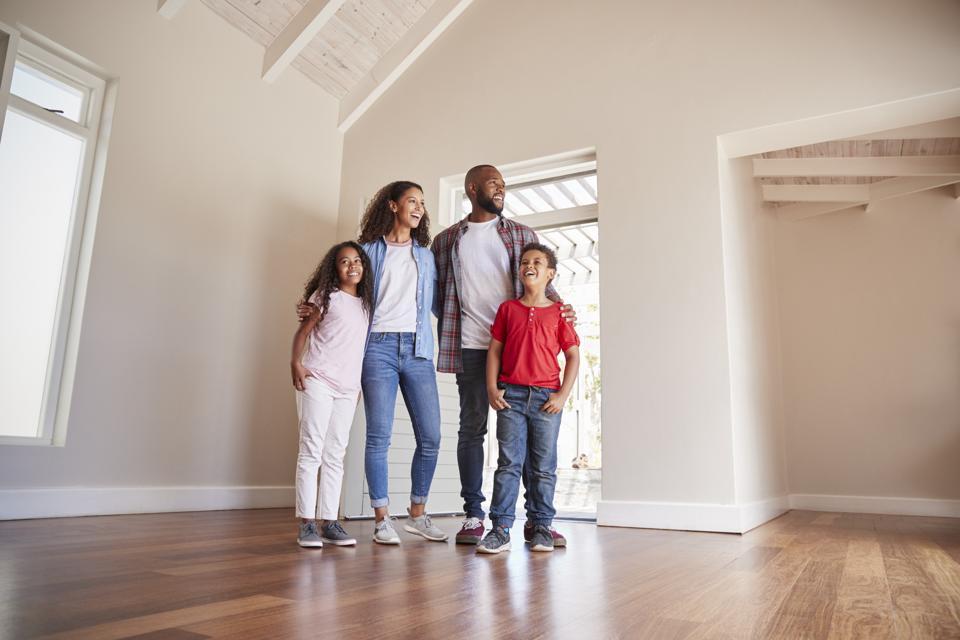 La porte de la famille s'ouvrant et se promenant dans le salon de la nouvelle maison