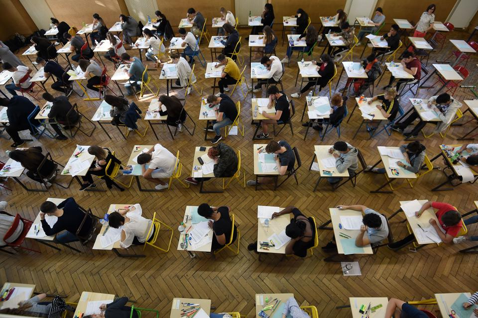 TOPSHOT-FRANCE-EDUCATION-EXAMINATION-BACCALAUREAT