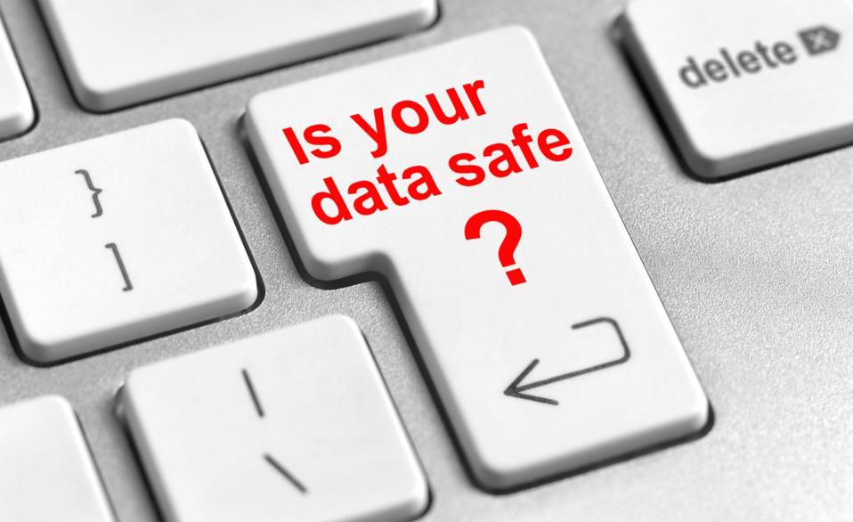Primo piano del tasto 'Invio' della tastiera di un computer che dice che i tuoi dati sono al sicuro
