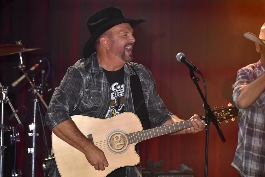 Garth Brooks Tapes For Kimmel, Launches 'Dive Bar' Tour In Chicago - Photos And Review